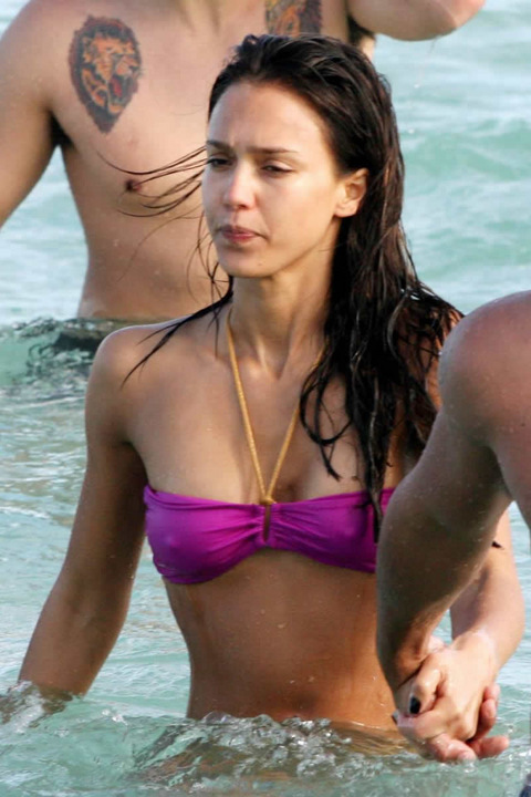 Jessica Alba shows us a little something
